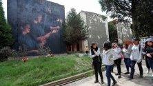 Ученици посещават главното гробище в Ла Пас, Боливия. Гробището със своите тесни улици с мавзолеи, скулптури и мемориали е важна част от историята на Боливия за периода на диктаторските режими между 1964 и 1982 г. Учениците са част от тур обиколки, които превръщат гробището в музей на открито.