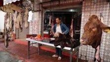 Продавач на месо на пазар в Бизерта, Тунис.