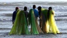 Рибари се подготовят за работа на плажа в Карачи, Пакистан.