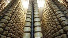 """Пити пармезан в складове на групировката """"Ферарини"""" в Реджо Емилия, Италия. Италианският пармезан е една от новите стоки от ЕС, която САЩ облагат с допълнителни мита."""
