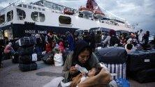 Гърция прехвърли 570 мигранти от остров Лесбос в Солун, заради пренаселеност на бежанския лагер на острова.