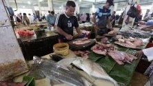 Продавачи на риба на местен пазар в Банда Ачех, Индонезия.