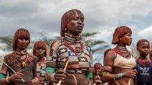 Жени от племето хамер в етиопското село Турми, на границата с Кения, участват в ритуал.