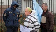 Украински активисти, единият облечен като затворник и с маска на руския президент Владимир Путин, пресъздават Хагския трибунал пред руското посолство в Киев.