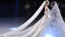 Модели представят булченски рокли на кувейтския дизайнер Адиба ал Махбуб по време на модно шоу в Бейрут, Ливан.