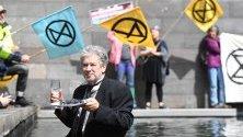 """Член на """"Extinction Rebellion"""" участва в протест, наречен """"Тайната вечеря"""" във вода пред Националната галерия в Мелбърн, Австралия. Движението провежда едноседмични протести в защита на климата."""