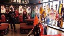 """Магазин на NBA в Пекин. Националният тв оператор на Китай CCTV обяви, че няма да излъчва мачовете от NBA в страната в отговор на """"неподходящи"""" думи, изречени от мениджъра на Houston Rockets."""