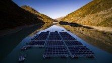 Плуващи платформи със слънчеви панели в Lac des Toules - алпийски язовир в Бург-Сен-Пиер, Швейцария. След завършването си плуващата станция ще има 36 платформи с 2 240 кв.м. слънчеви клетки, които ще доставят 800 000 киловат/часа на година или енергия за около 220 къщи.