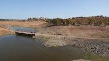 Екстремално ниски нива на водата в язовира Виджиа, Португалия - едва 10% от капацитета му е запълнен. Страната страда от суша след дълъг период без дъждове.