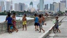 Деца си играят в гето в Манила, Филипините. Страната е на път да се превърне в инкубатор на предотвратими болести, обхваната от епидемия на вируса денга и морбили, както и новообявена епидемия на полиомиелит. Основната причина са страховете от ваксиниране.