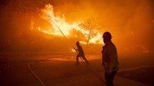 Пожарникари се борят с пламъците в Силмар, Калифорния.