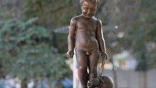"""След дълго отсъствие """"Момченцето с кратунката"""" и неговите патици се завърнаха на чешмата в столичната градинка """"Кристал""""."""