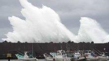Вълни, предизвикани от тайфуна Хагибис, заливат пристанище в Кихо, Япония.