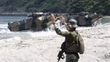 Военни амфибии от японските сили акостират по време на учение във Филипините, в което участват и САЩ.