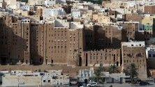 """Кадри на """"небостъргачи"""" от тухли от кал в древния крепостен град Шибам, Йемен. ЮНЕСКО определи града под заплаха заради потенциалната опасност от конфликта в страната. Шибам е най-старият метрополис в света, в който е използвано вертикално строителство."""