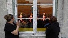 Жени наблюдават ревю на португалския дизайнер Гонкало Пейшото по време на Седмицата на модата в Лисабон.