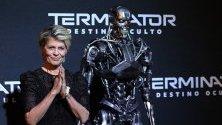 """Актрисата Линда Хамилтън (звезда от първия """"Терминатор"""") позира до робот Терминатор на червения килим по време на приемиерата на филма """"Terminator: Dark Fate"""" в Мексико."""