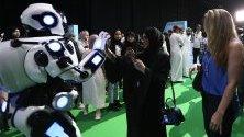 Посетители разглеждат робот по време на конференция за изкуствения интелект в Дубай.