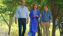 Херцогинята Катрин облече традиционна синя курта - дълга туника, която жените в Пакистан носят, съчетана с шал в същия цвят, в началото на посещението си в страната.