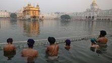 Сикхи са се потопили в свещено езеро край Златния храм - най-свещеното място за сикхите, по повод 485-тата годишнина от рождението на четвъртия гуру на сикхите Шри Гуру Рам Дас Джи в Амритсар, Индия.