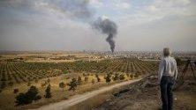 Дим се издига след бомбардировки на турските сили по град Рас Ал-Ейн в Сирия, гледан от турска територия.