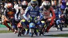 Испанецът Хоан Мир от отбор Сузуки Екстар и други участници в MotoGP карат мини електрически мотори по време на събитие с фенове в Мотеги, Япония.