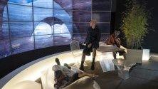 """Модели позират пред хабитат, който може да бъде използван на Марс, по време на изложбата """"Moving to Mars"""" в Лондон."""