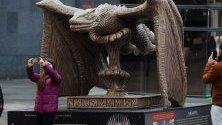"""Скулптура, вдъхновена от сериала """"Игри на тронове"""", в Мадрид, Испания, по повод изложба за сериала, която ще бъде открита на 26 октомври."""