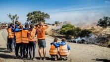 Участници от Vattenfall Solar Team в състезание със соларни коли наблюдават изгорялата си кола, Южна Австралия.