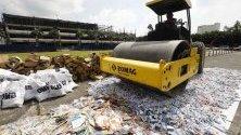 Унищожават фалшиви стоки за над 1 милион евро в полицейска централа в Манила, Филипините.