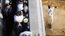 Питчърът на New York Yankees Масахиро Танака загрява преди старта срещу Houston Astros в плейофите на Yankee Stadium, Бронкс, Ню Йорк.