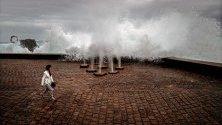 """Скулптурата """"Гребенът на вятъра"""" на Едуард чийида с разбиващи се в нея вълни в Сан Себастиан, Испания. Северните части на страната са засегнати от рязък спад на градусите, дъждове и ветрове."""
