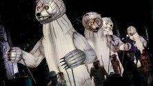 """Осветени гигантски мечки по време на изпълнение """"Устата на мечката"""" на френската циркова трупа CIE Remue-Menage в Сингапур. Изпълнението е част от френския фестивал Voilah!."""