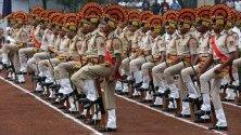 Полицаи от индийския щат Мадхия Прадеш участват в церемония и парад по повод Деня наполицията в Бопал, Индия.