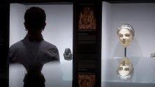 """Женска маска от Римската империя, изложена на експозицията """"Жените и мъжете от Древен Египет"""" в Египетския музей в Барселона."""