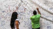 """Протестиращи изписват исканията си върху стена под думите """"Слогани за революцията"""" по време на демонстрация срещу правителството в Бейрут, Ливан. Премиерът обяви серия от икономически мерки, приети в бюджет 2020."""