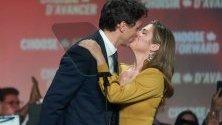 Канадският премиер Джъстин Трюдо се целува със съпругата си Софи след победата на изборите в страната.