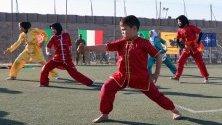Афганистанчета показват спортните си умения по време на събитие, организирано от италианските войски в НАТО за доставяне на помощи в сиропиталище в Херат, Афганистан.