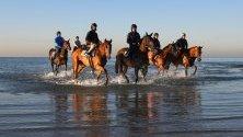 Участници в конните надбягвания Spring Racing Carnival в Алтона, Австралия, се разхождат по време на почивка.