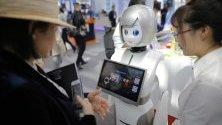 Посетители разглеждат робот на Световната интернет конференция във Вужен, Китай.