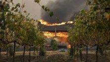 Винарна, обхваната от пламъци, край Гейсървил, Калифорния. Силните ветрове разпалват горските пожари в района и това принуди властите да започнат евакуация.