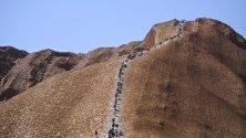Туристите вече няма да имат право да се катерят по най-големия скален монолит в Австралия - Улуру.