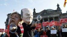 Протестиращи в защита на климата с маски на канцлера Ангела Меркел и финансовия министър Шолц пред Бундестага.