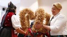 Връчват Короната на жътвата на министъра на семейното планиране Франциска Гифай в Берлин. Тя е направена от пшеница и зърно от фермери и символизира благодарността им при завършване на сезона на жътвата.