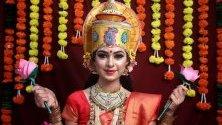 Индийка, преоблечена като богинята Лаксми - богинята на благосъстоянието и просперитета, позира за фестивала Дивали. Честването му символизира победата на доброто над злото. Празнува се пет дни като започва от 27 октомври.