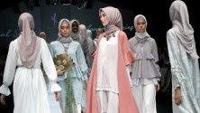 Ревю на индонезийската модна къща Wearingklamby по време на Седмицата на модата в Джакарта, Индонезия.