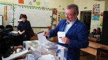 Кандидатът за кмет на Пловдив от БСП Николай Радев упражни правото си на глас