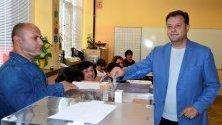 Кандидатът за трети кметски мандат Даниел Панов гласува