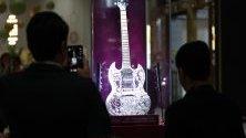 Най-ценната китара в света според Книгата на Рекордите на Гинес на стойност 2 млн. долара и с над 11 441 диаманта е изложена по време на бижутерско шоу в Абу Даби, ОАЕ.