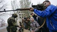 Бунтовник обучева ученици как да използват оръжие като част от патриотичната програма във военна част в самопровъзгласилата се Донецка република в Донецк, Украйна.